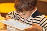 Tablet και κινητό το πολύ μια ώρα για παιδιά από 2 έως 5 ετών