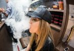 Το «άτμισμα» οδηγεί τους εφήβους στο κάπνισμα